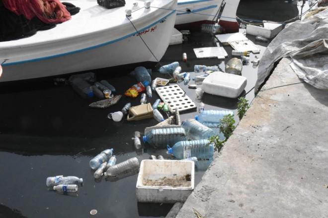 نفايات في احواض ميناء الصيادين