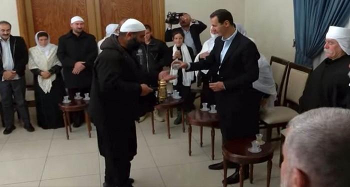 الرئيس الاسد يحتسي القهوة من يد احد مشايخ السويداء